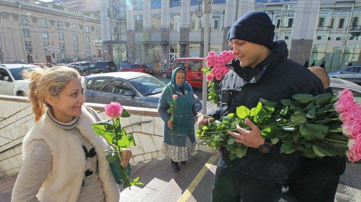 мужчины раздают цветы