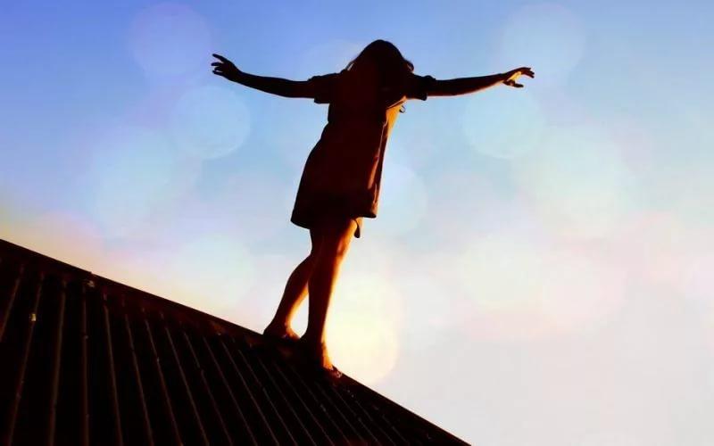 У Запоріжжі дівчина ледь не зірвалась з даху багатоповерхівки