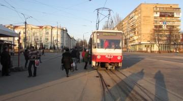 У трамваї всі двері відчинені