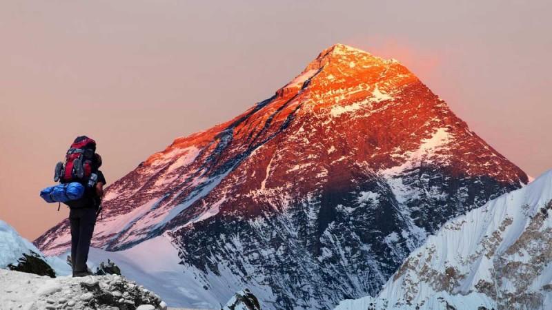 Chelovek-smotrit-na-goru-Everest-zakat