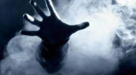людина в диму