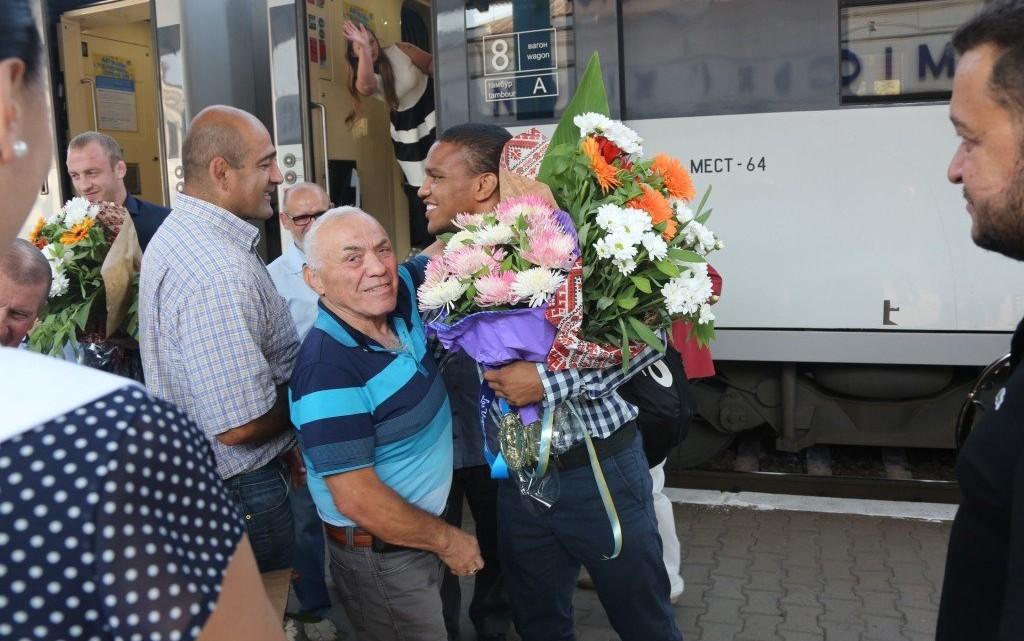 Запорожцы встречают Жана Беленюка 22 сентября 2015 года по возвращении с чемпионата мира по видам борьбы в Лас-Вегасе (США), где он завоевал золотую медаль