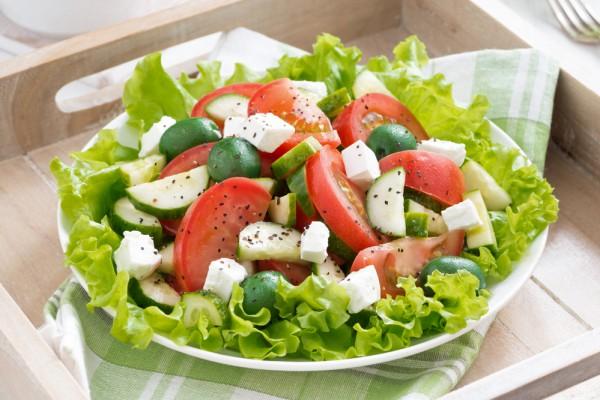 Салат-з-огірків-і-помідорів-з-мацарелою