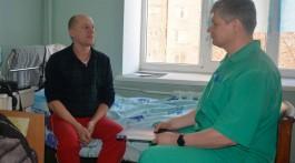 Александр Стец, заведующий отделением, консультирует пациента перед выпиской