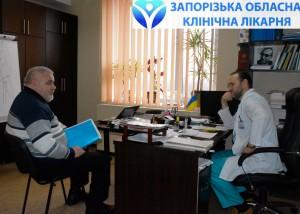 Анатолий Федорович консультируется у Евгения Ермолаева, заведующего центром сосудистой и эндоваскулярной хирургии ЗОКБ
