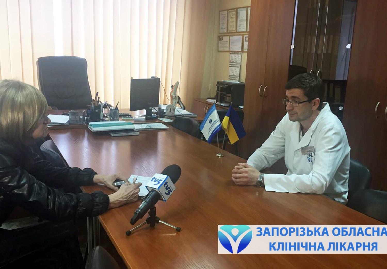 Иван Забелин, заведующий клиникой ортопедии и спортивной травмы, рассказывает журналистам о лечении суставов