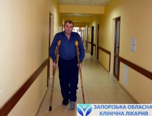 Пока пациент передвигаетсся на костылях, но совсем скоро сможет самостоятельно ходить