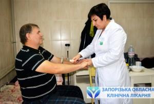 Заведующая инсультным центром Лейла Мирватова проводит осмотр