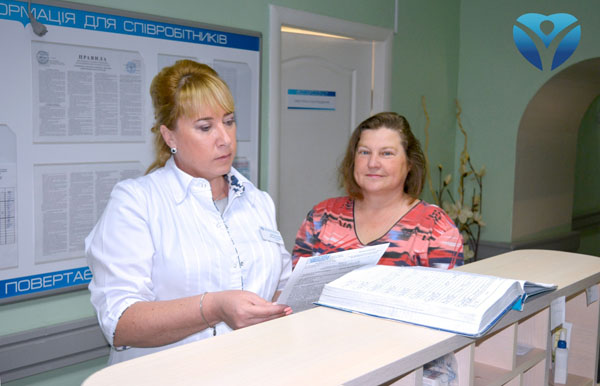 Вита Анатольевна консультируется у заведующей отделением и получает выписку