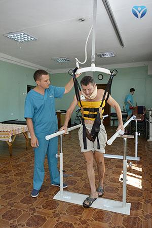 Фото 10 -Пациент отделения нейрохирургии уверенно ходит с помощью модуля активной реабилитации