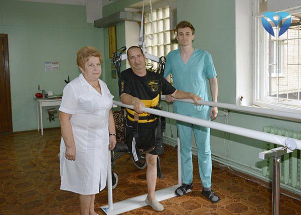 Фото 11 - Счастливый пациент вместе с заведующей отделением реабилитации и реабилитологом (1)