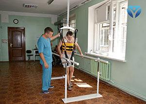 Фото 12 - Пациент с проблемами позвоночника ходит с помощью нового оборудования