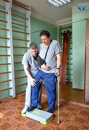 Фото 4 -Александр Александрович спустя пару месяцев после инсульта учится ходить по ступенткам
