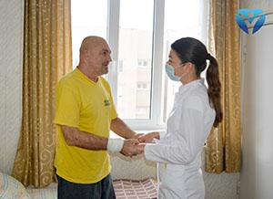 Фото 9_ Пациент благодарит заведующую отделением Наталью Унгурян за восстановленное зрение
