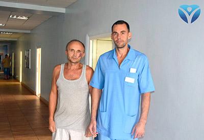 ФОТО 4_Пациент Валерий Федорович с Тарасом Гавриленко, заведующим отделением хирургии с центром проктологии ЗОКБ