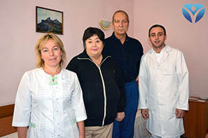 Фото 9_Благодарные пациенты с Еленой Литвиненко, заведующей отделением кардиологии ЗОКБ и Рамини Торией, заведующим отделением ангиографии и эндоваскулярной хирургии ЗОКБ