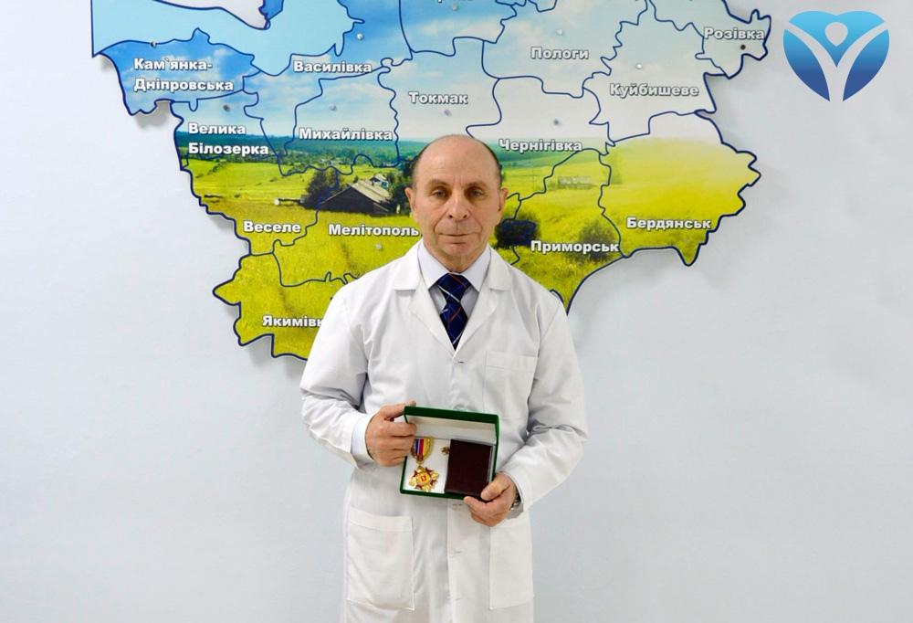 Коллектив Запорожской областной клинической больницы поздравляет заведующего отделением микрохирургии ЛОР-органов с получением заслуженной награды_2