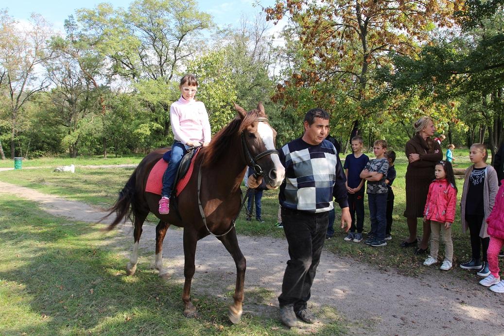 На мероприятии дети также имели возможность совершить конную прогулку