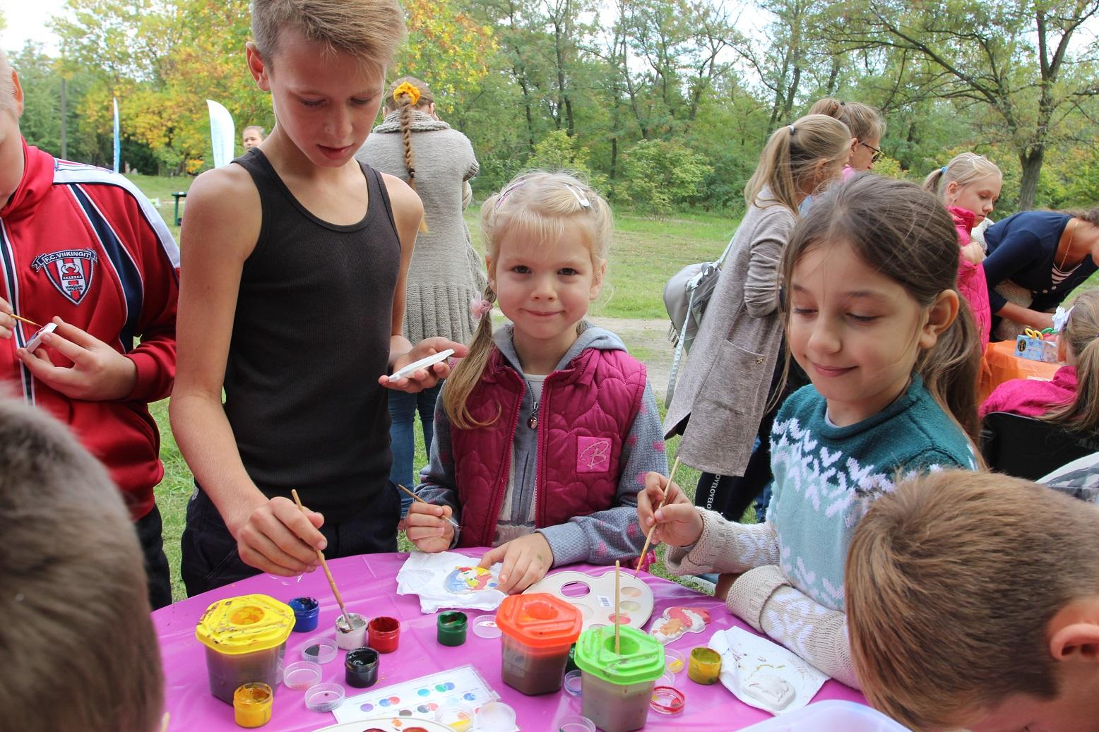 Маленькие детки могли отдохнуть и заняться творчеством на специальных локациях