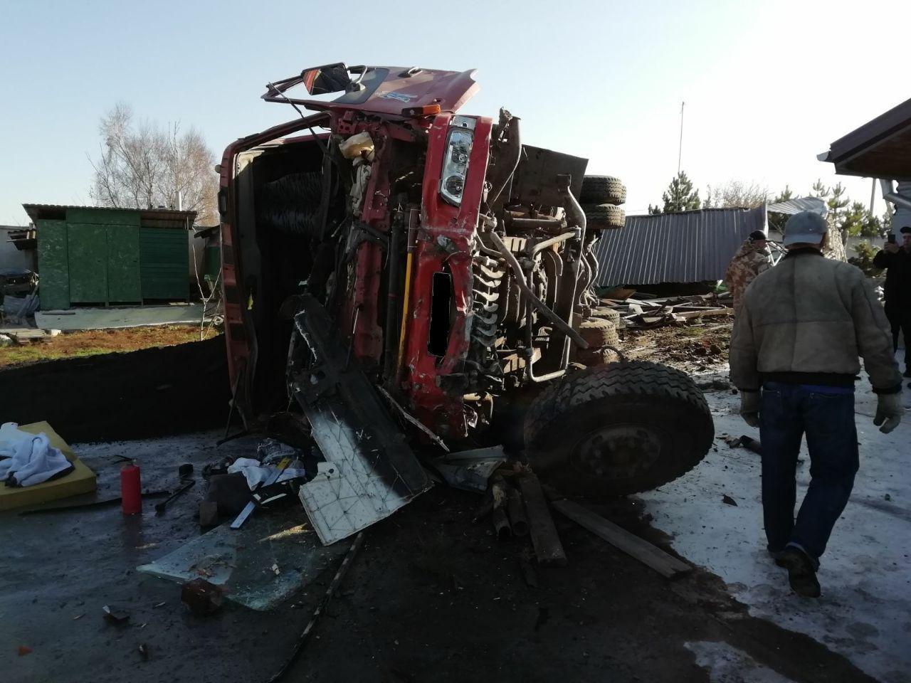 На Запоріжжі перекинулася 30-тонна вантажівка з гарячим асфальтом