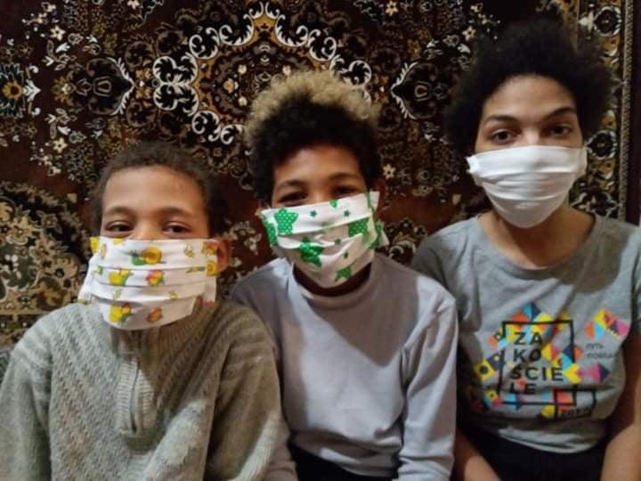 Діти Олени Макайї з масками, зробленими матусею