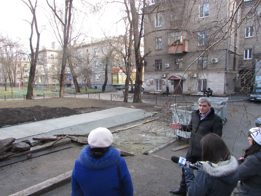 Юрій Дорошенко демонструє новий майданчик для сміття