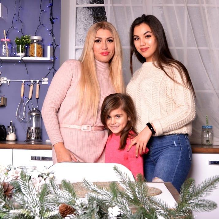 Наталія Богданова з доньками