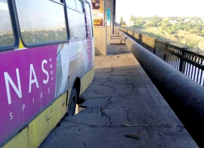 Міст втомився - не витримав вагу автобуса