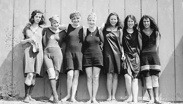 1925 рік. Французька співачка Сьюзі Солідор першою наважилася оголити на пляжі руки та ноги.