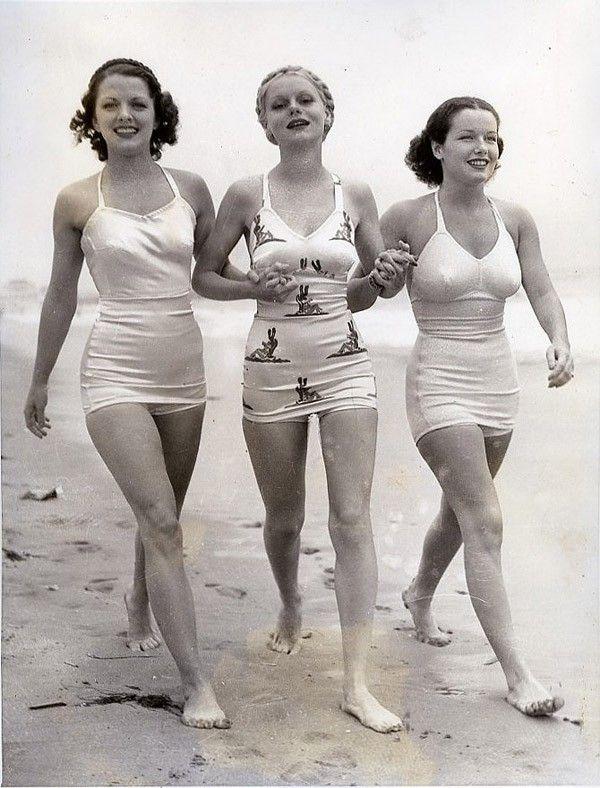 30-ті роки. Від цнотливого купального костюму зосталися тільки шорти, що прикривають пупок, і простенький бюстгальтер на широчезних бретелях.