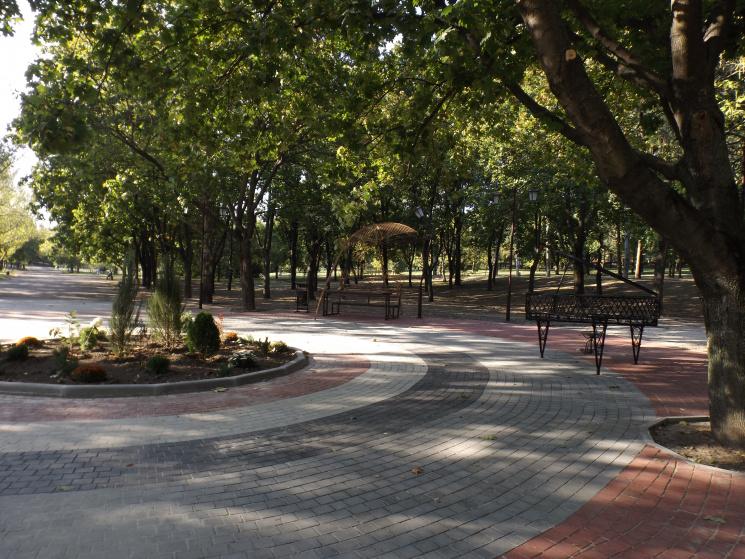 «Алея випускників» в парку «Трудової слави»