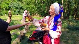 Жриця Ульяна раздає дівчатам рябіну, освячену силою стародавніх Богів_новый размер