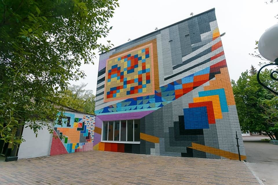 Mural_Heometriia__na_fasadi_shkoly_mystetstv_-3