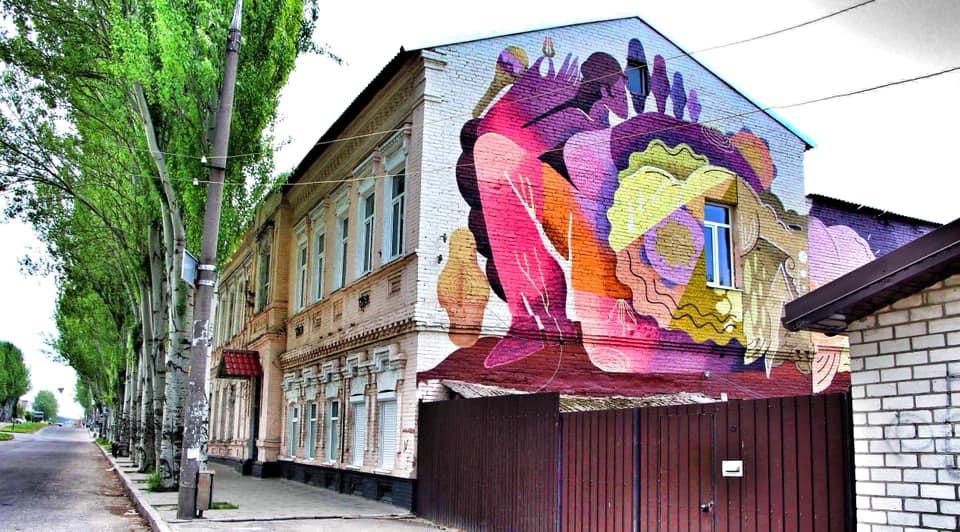 Mural_Muza__na_fasadi_muzychnoi_shkoly_-1