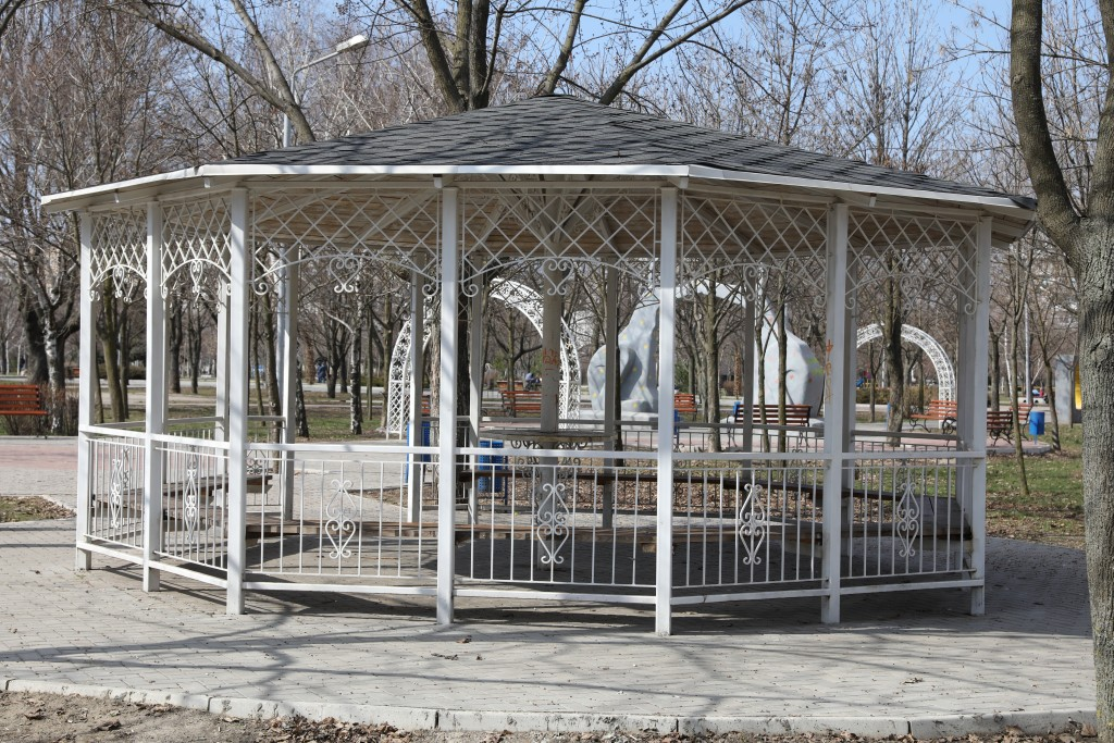 Нова альтанка у парку ім. Гагаріна